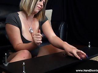 बड़ी प्राकृतिक स्तन महिलाओं का दबदबा Handjob