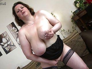 विशाल स्तन खुद के साथ खेल के साथ मां