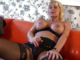 कास्टिंग सोफे पर भव्य Busty कौगर माँ