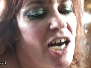 गांठदार माँ एक बालों किशोरों की लड़की fucks