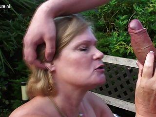 ब्रिटेन दादी उसके बगीचे में युवा लड़के द्वारा गड़बड़