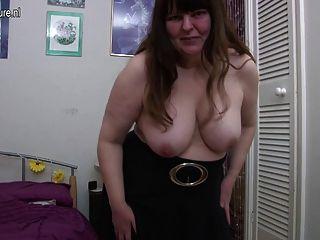 भूख योनि के साथ शौकिया परिपक्व माँ
