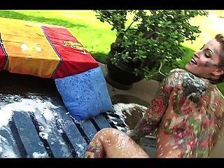 सुंदर टैटू गोरा milf - बगीचे में स्नान