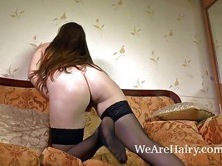 बालों बेब फ्लोरा और उसे सेक्सी गुलाबी स्कर्ट