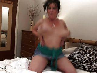 उसे भारी स्तन के साथ सींग का परिपक्व फूहड़ माँ