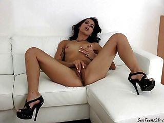किशोर लड़की एक सोफे पर हस्तमैथुन