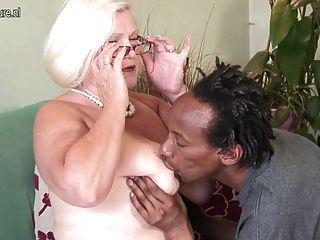 संचिका ब्रिटिश दादी युवा काला मुर्गा लेता है