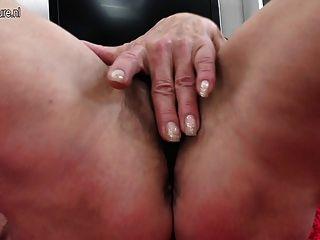 बालों भूख योनि के साथ स्कीनी पुराने दादी