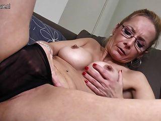 बड़ा dildo के साथ सेक्सी दादी