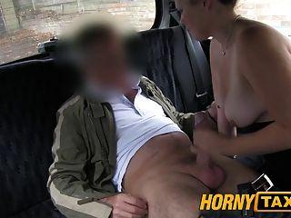 स्थानीय कोचवान से आकर्षित उछालभरी स्तन के साथ युवा लड़की hornytaxi