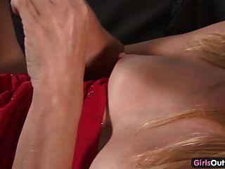 स्कीनी शौकिया गोरा एक संभोग करने के लिए खुद कर रही