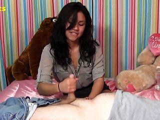 लैटिना किशोरों की पहली handjob देता है