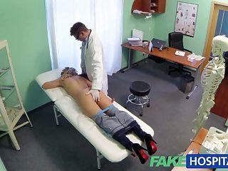 नकली अस्पताल चिकित्सक स्तन पर छूट प्रदान करता है गोरा