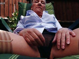 शरारती ब्रिटिश परिपक्व बगीचे में हस्तमैथुन महिला