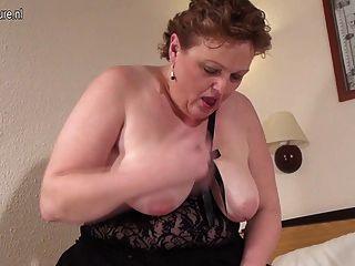 मोटा शौकिया माँ खुद को बेहद गीली हो रही