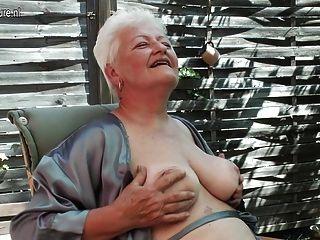 दादी धूम्रपान और उसके पुराने योनी छूत