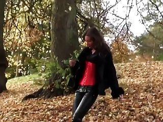 गर्म लड़की leatherfetish पैंटी, कोर्सेट और लाल जूते में घूमना