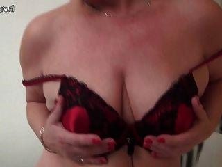 पुराने योनी और अजीब स्तन के साथ शरारती जर्मन बुदबुदाना
