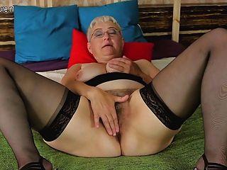 शौकिया दादी उसके बालों योनी चिढ़ा