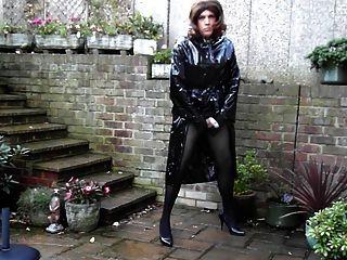 sext tranny बाहर पीवीसी बारिश कोट और मिनी स्कर्ट में wanking