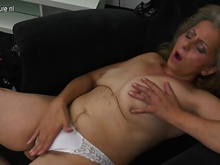 परिपक्व प्रफुल्ल मां और उसके बालों योनि