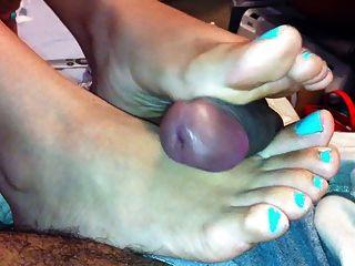 सेक्सी लैटिना पैरों पर सह छिड़काव