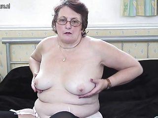 वास्तविक दादी उसकी पुरानी योनी के साथ खेलता है