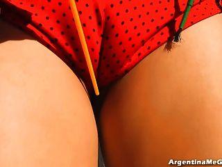 बड़ी प्राकृतिक स्तन, दौर गधा और बड़े cameltoe के साथ युवा गोरा