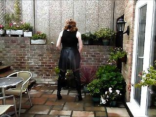 एलिसन पीवीसी पोशाक और जांघ जूते में wanking