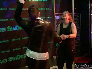 द्वि क्लब आवारा लड़की सार्वजनिक सेक्स नंगा नाच होने