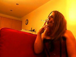सेक्सी कुतिया धूम्रपान