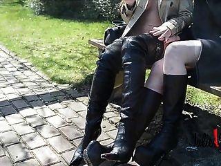 crotch जूते में Burberry खाई के तहत 2 समलैंगिक नंगा चुंबन