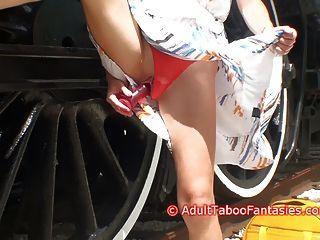 डिल्डो रेल पटरियों के बगल के साथ गर्म गर्म महिला खुद को