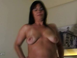 परिपक्व माँ Roseline उसे बड़ा dildo प्यार करता है