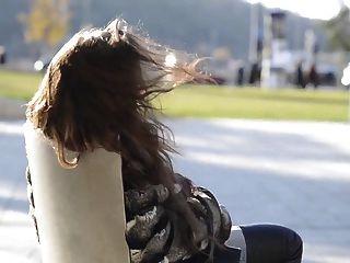 जूली Skyhigh जांघ उच्च जूते जींस सार्वजनिक नग्न स्तन से पता चलता