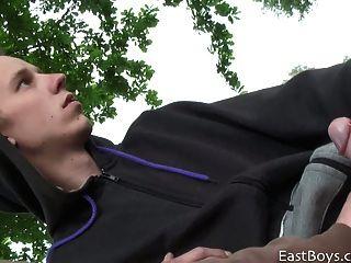 शौकिया यूरोपीय सार्वजनिक पार्क में handjob हो जाता है