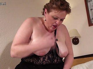 भूख योनि के साथ बड़े सफेद मां