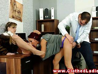 ग्लैमरस यूरो महिलाओं के कार्यालय में बकवास आदमी