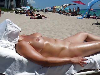 नग्न समुद्र तट पर सही स्तन