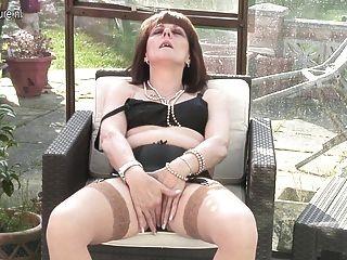ब्रिटिश माँ उसकी योनि की जाँच करने के लिए आमंत्रित किया है