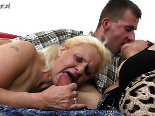 भाग्यशाली बेटा दो grannies fucks