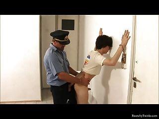 शरारती लड़का गिरफ्तार कर लिया और घटिया पुलिस द्वारा गड़बड़