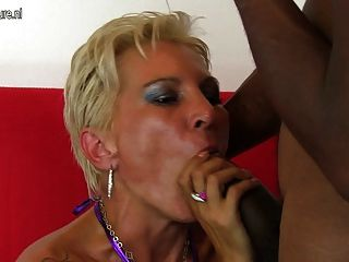 एक अंतरजातीय fuckfest में गर्म सफेद माँ