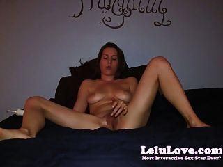 शौकिया लड़की 2 पैर की अंगुली कर्लिंग orgasms करने के लिए बिस्तर में masturbates!