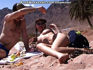 सुंदर लड़की रेतीले समुद्र तट पर यौन संबंध है