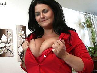 विशाल प्राकृतिक स्तन के साथ नए परिपक्व पोर्न स्टार माँ