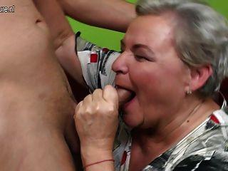 शरारती बड़ा दादी उसके जवान लड़के के साथ यौन संबंध रखने वाले