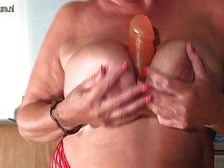 गर्म और सेक्सी बूढ़ी मां मुश्किल मुर्गा चूसना