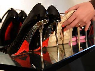 अंदर गंदे जूते: अपने उच्च ऊँची एड़ी के जूते पेश किशोरों की लड़की