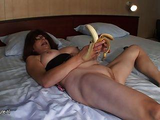 मुंडा परिपक्व माँ केले के साथ हस्तमैथुन